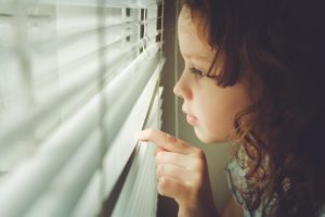 Żaluzje i rolety w pokoju dziecięcym.