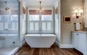 Okna z roletami – jakie wybrać do łazienki?