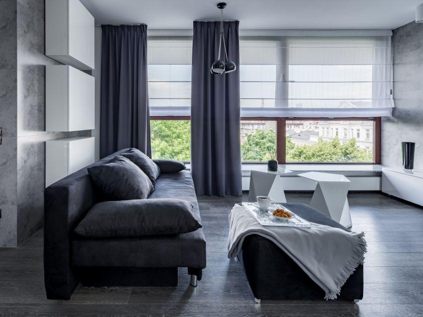 Jak ochronić się przed słońcem w salonie z dużym oknem?